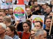 In Chemnitz sind am Samstag erneut mehrere tausend Demonstranten verschiedener Lager auf die Strasse gegangen. (Bild: KEYSTONE/EPA/FRANZ FISCHER)