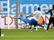 Renato Steffen auf dem Weg zum 3:1 für Wolfsburg beim Sieg in Leverkusen (Bild: KEYSTONE/EPA/SASCHA STEINBACH)