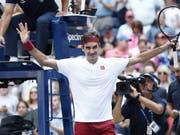 Roger Federer ist nach der ersten Woche am US Open in New York auf Kurs (Bild: KEYSTONE/EPA/JUSTIN LANE)