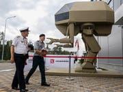 Modell eines von Menschen gelenkten, roboterähnlichen Militärgeräts an einer Ausstellung in der russischen Hauptstadt Moskau. (Bild: KEYSTONE/EPA/SERGEI ILNITSKY)