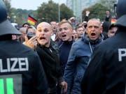 Die Polizei hielt die Demonstranten in Chemnitz mit einem Grossaufgebot im Zaum. (Bild: KEYSTONE/EPA/MARTIN DIVISEK)