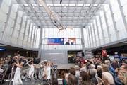 Eigens für das Einweihungsfest des neuen St.Galler Bahnhofs hat der Swiss Nouveau Cirque den Glaskubus inklusive Rolltreppe zu seiner Bühne gemacht. (Bild: Ralph Ribi)