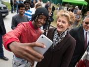 Selfies mit Asylbewerbenden: Justizministerin Simonetta Sommaruga besuchte am Samstag das Bundeszentrum in Boudry NE. (Bild: KEYSTONE/LAURENT GILLIERON)