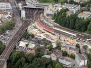 Auf der Schützenmatte links von den Bahngeleisen fanden die Zusammenstösse statt. (Bild: KEYSTONE/PETER SCHNEIDER)
