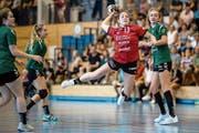 Sina Kuster (am Ball) brachte als eine der wenigen etwas Power ins Stanser Spiel. (Bild: Philipp Schmidli (Stans, 9. September 2018))