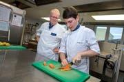 Ivan Acquisto mit seinem Ausbildner Hugo Horat (stv. Küchenchef) in der Küche der Klinik St. Anna. (Bild: Pius Amrein, 31. August 2018)