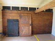 An den Wänden, von denen 20 Kilogramm Pech abgeschabt werden mussten, stehen die ursprünglichen Türen des Hauses. Einige Türrahmen sind nur 1,4 Meter hoch. (Bild: Carina Odermatt (Stalden, 9. September 2018))