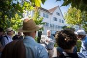 Urs Fankhauser erzählt die Geschichte des Hauses zum englischen Gruss. (Bild: Reto Martin)