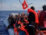 Unglück mit zwei Schlauchbooten voller Flüchtlinge Anfang September auf dem Mittelmeer: Eines hatte einen Motorschaden, das andere verlor Luft. (Bild: KEYSTONE/AP/BRAM JANSSEN)