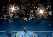 Novak Djokovic küsst den Siegerpokal der US Open, nunmehr hat er 14 Grand-Slam-Titel auf seinem Konto. (Bild: Jason DeCrow/AP (New York, 9. September 2018))