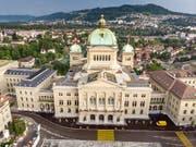 In Bern treffen heute die Parlamentarierinnen und Parlamentarier zur Herbstsession ein. In den nächsten drei Wochen geht es im Bundeshaus unter anderem um Unternehmenssteuern und Waffen. (Bild: KEYSTONE/THOMAS HODEL)