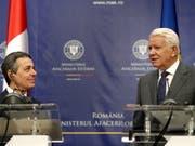 Bundesrat Ignazio Cassis (links) hat in Bukarest den rumänischen Aussenminister Teodor Meleșcanu getroffen. (Bild: KEYSTONE/EPA/ROBERT GHEMENT)