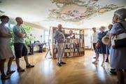 Im Rahmen des Tages des offenen Denkmals in Kreuzlingen zeigt der ehemalige Denkmalpfleger Urs Fankhauser das Haus zum englischen Gruss. (Bild: Reto Martin)