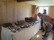 Ein Gast betrachtet die Gegenstände, die man unter dem Holzboden gefunden hat. (Bild: Carina Odermatt (Stalden, 9. September 2018))