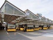 Als Folge einer Neuausrichtung könnten bei PostAuto 40 bis 60 Mitarbeitende ihre Stelle verlieren. (Bild: KEYSTONE/LUKAS LEHMANN)
