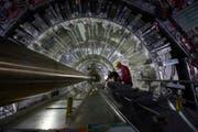 Wissenschaftler arbeiten im Cern. (Bild: KEYSTONE/AP/CERN)