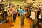 Die Gäste lassen sich von Andreas Greuter die Maschinen erklären. (Bild: Hannelore Bruderer)