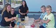 Das Basteln mit den Leiterinnen vom Blauring machte den Kids sichtlich Spass. (Bild: Ulrike Huber)