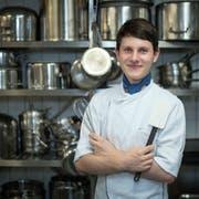 Ivan Acquisto (21) in der Küche der Luzerner Klinik St.Anna. (Bild: Pius Amrein, 31. August 2018)