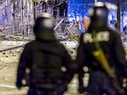 Polizisten bei der Reitschule in Bern im Einsatz nach einer Demonstration im Februar 2017. (Bild: KEYSTONE/STRINGER)