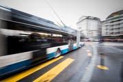 Im Symbolbild: Ein Bus beim Schwanenplatz. (Bild: Roger Grütter)