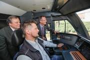 Werner Fritschi (Thurbo ) und Regierungsrat Walter Schönholzer im Führerstand mit Lokführer Stefan Smetana.(Bild: Donato Caspari)