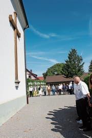 Umarmung: Die Besucher des Festgottesdienstes bilden eine Menschenkette um die Kirche. (Bild: Judith Meyer)