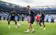 Stephan Lichtsteiner (Mitte) gestern beim Training im King-Power-Stadion von Leicester mit Breel Embolo (links) und Manuel Akanji. (Bild: Toto Marti/Freshfocus (10. September 2018))