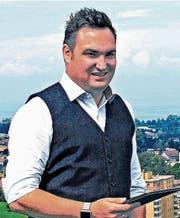 Raphael Frei, der in Goldach aufgewachsen ist und nun in Rorschacherberg wohnt, über der Region Rorschach, die er neu im Kantonsparlament vertritt. (Bild: Fritz Bichsel)