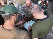 Die Jagdgruppe Eierhals studiert die Karte und definiert, welche Waldstücke von Treibern durchkämmt werden und wo sich die Jäger zum hoffentlich erfolgreichen Schuss hinstellen sollen. (Bild: Charly Keiser (4. September 2018))