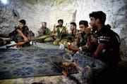 Soldaten der Freien Syrischen Armee in ihrem Unterschlupf westlich der Stadt Idlib. (Bild: Ugur Can/Keystone (9. September 2018))