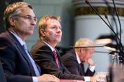 Drei Mitglieder der fünfköpfigen Luzerner Regierung: Guido Graf (CVP, von links), Marcel Schwerzmann (parteilos) und Paul Winiker (SVP). Bild: Keystone/Alexandra Wey (Luzern, 7. November 2016)