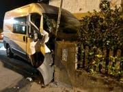Bei einem Unfall in Oberurnen ist ein 64-jähriger Lieferwagenlenker ums Leben gekommen. Möglicherweise ist ein medizinisches Problem die Unfallursache. (Bild: Glarner Kapo)