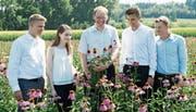 Umgeben von Fitmachern – Andreas Leng und die Studierenden inmitten von Sonnenhüten. (Bild: PD)