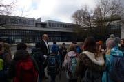 André Bucher zeigt den Kindern auch den Pausenplatz