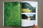 Emaillierte Kupferplatten treten in den Dialog mit den Fotografien aus dem Bergell. (Bild: Katalin Deér)