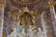 Das Kreuz mit Velum, das sich 1685 über eine Viertelstunde lang bewegt hat, hängt heute noch in der katholischen Kirche. (Bild: Beat Lanzendorfer)