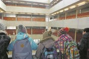 Primarschüler besuchen die Kanti Alpenquai. (Bild: Fünftklässler aus Meggen)