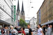 Werden in einem Unternehmen zusammengeführt: Kaufhof und Karstadt. (Bild: Sascha Steinbach/EPA)