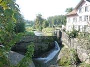 Die Staumauer des Kleinwasserkraftwerkes mit der Wasserfassungsanlage. (Bild Johannes Rutz)