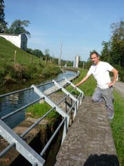 Wasserfassung und Rechen verbinden zusammen einen rund 200 Meter langen Kanal, erklärt Wassermeister Daniel Ebneter. (Bild Johannes Rutz)