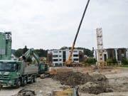 Wo einst das Restaurant Freihof stand, gähnt derzeit eine drei Meter tiefe Baugrube. (Bild: Kurt Lichtensteiger)