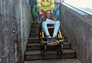 Schülerin Enya Monaco spielt auf dem Pausenplatz in Büren eine Verletzte im Spezialrollstuhl.Bild: Leony Odermatt, Schülerin der Klasse 5b