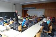 Lehrer André Bucher führt die Primarschüler durch die Kanti - und zeigt ihnen sein Schulzimmer (Bild: Fünftklässler aus Meggen)