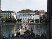 Blick auf das Luzerner Theater an der Reuss: An diesem Standort ist laut einer Testplanung sowohl ein Neu- als auch ein Umbau möglich. (Bild: KEYSTONE/GAETAN BALLY)