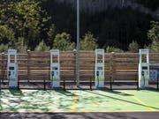 Im Gegensatz zu den Rastplätzen sind 24 Raststätten bereits mit E-Tankstellen ausgerüstet, wie zum Beispiel die Gotthard Raststätte an der A2 in Erstfeld. (Bild: Keystone/ALEXANDRA WEY)