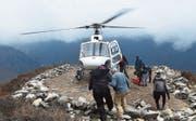 Verletzte oder kranke Bergsteiger werden per Helikopter vom Mount Everest geflogen. Bild: AFP (Mong La, 17. April 2018)