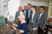 Ein Teil des Studententeams und Auftraggeber Falk Liebnitzky (l.) schauen einer Rhomberg-Goldschmiedin bei der Arbeit zu. (Bild: PD)