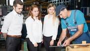Das Studierendenteam lässt sich in der Werkhalle von der Präzision der Stahlhalbfabrikate überzeugen. (Bild: PD)