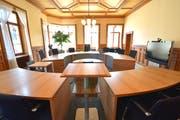 Begehrte Plätze in der vordersten Reihe des Weinfelder Gerichtssaals im Rathaus: Helene Pauli und Emmanuele Romano wollen Bezirksrichter werden und hier künftig Gerichtsverhandlungen leiten. (Bild: Mario Testa)